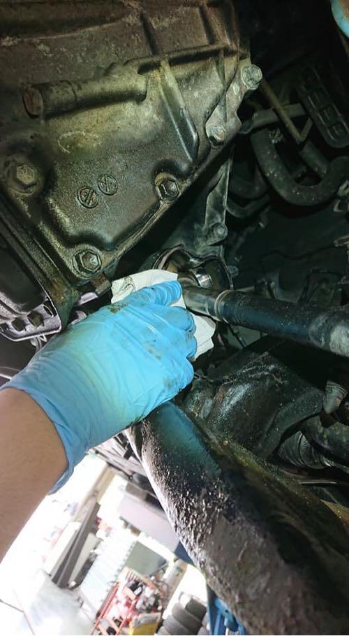 ブーツが被さって普段は見えないベアリング。新しいグリスを塗布する前に古いグリスを拭き取ります。